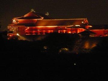 紅く燃える首里城正殿。