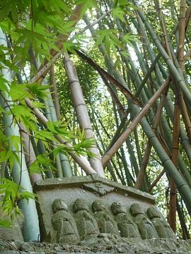 竹やぶ、もみじにお地蔵様。