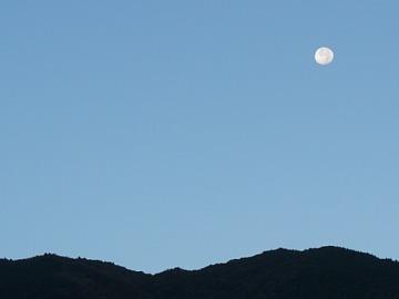 高山本線から見る月。